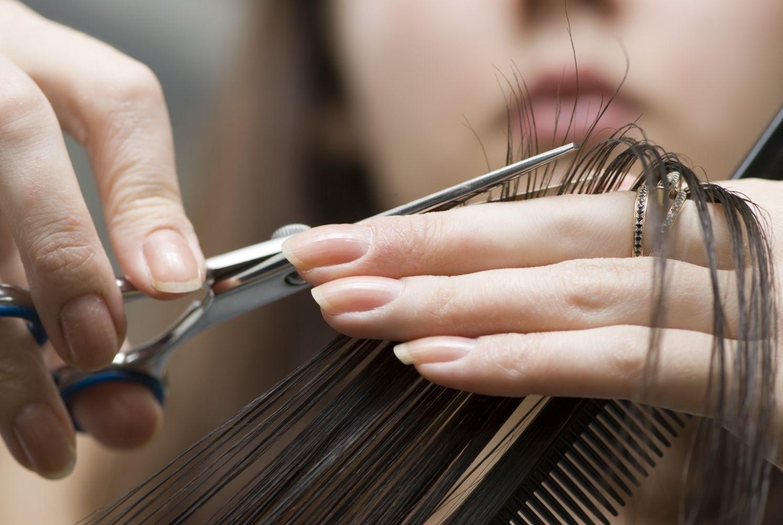 taglio capelli scalato lungo