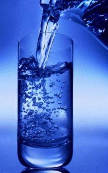 bicchiere di acqua limpida