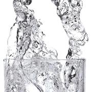acqua cristallina in bicchiere