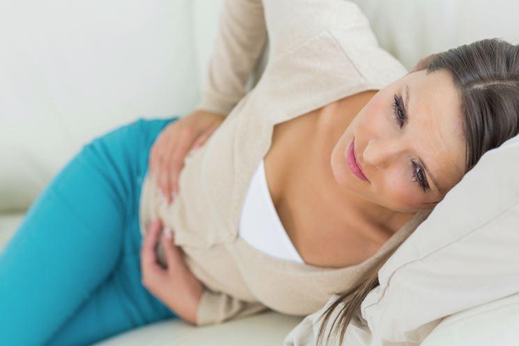 Donna con dolori addominali