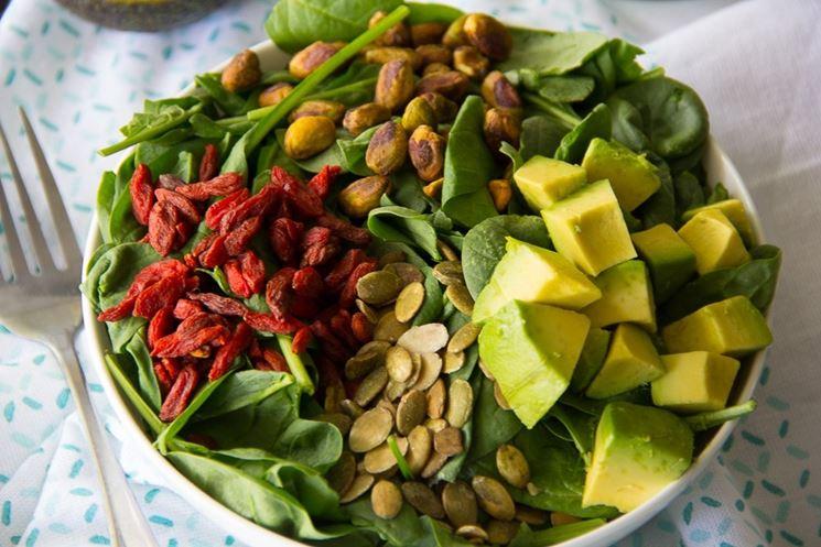 insalata con semi e frutta secca