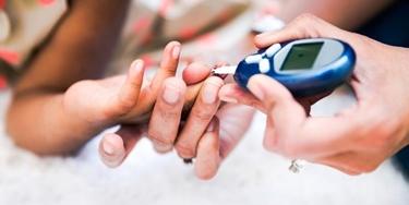 La misurazione del glucosio nel sangue segnala l'iperglicemia