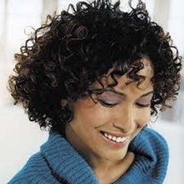 capelli ricci corti scuri
