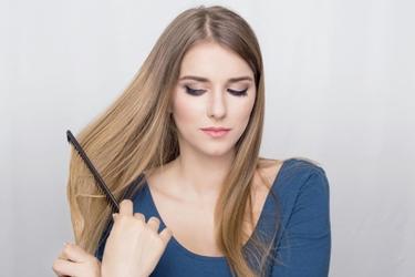 Donna con capelli fragili