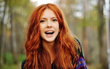 Cantante con capelli rossi corti