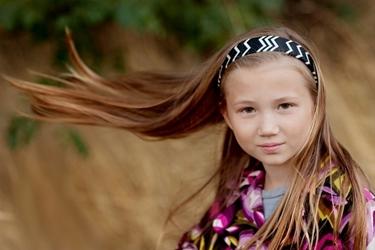 bambina con capelli lunghi