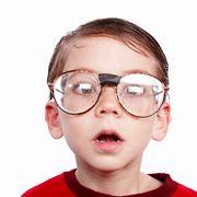 Bambino con gli occhiali da vista
