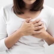 Donna con dolore al seno