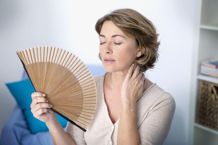 Donna in menopausa con i relativi sintomi