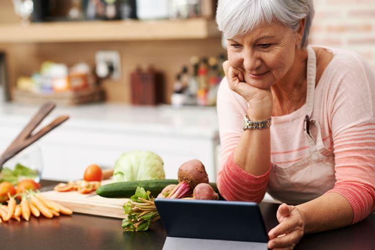 Donna in menopausa che prepara un pasto