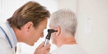 Un medico esamina l'orecchio
