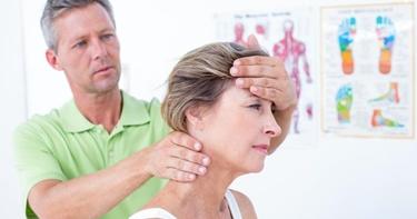 Donna massaggiata al collo