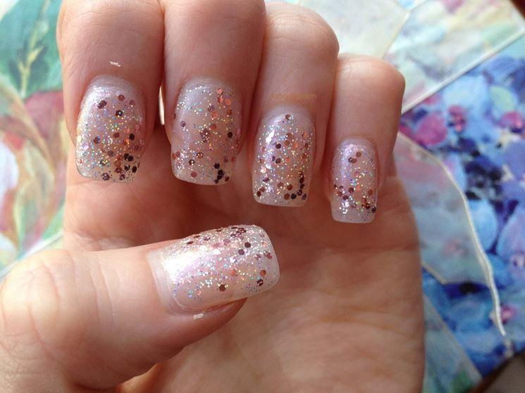 Una manicure rose quartz abbinata a dei glitter