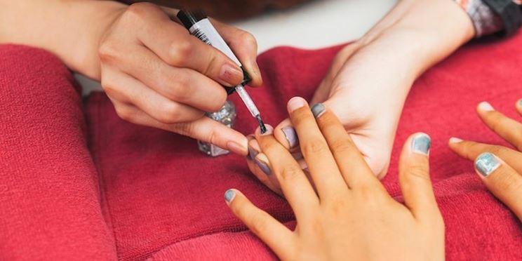 Nail artist al lavoro