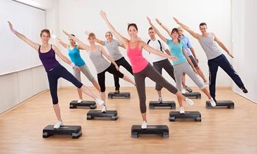 Persone che fanno aerobica