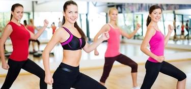 Donne che fanno aerobica