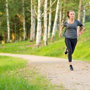 Donna che si allena nel parco