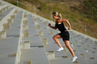 Atleta corre in salita