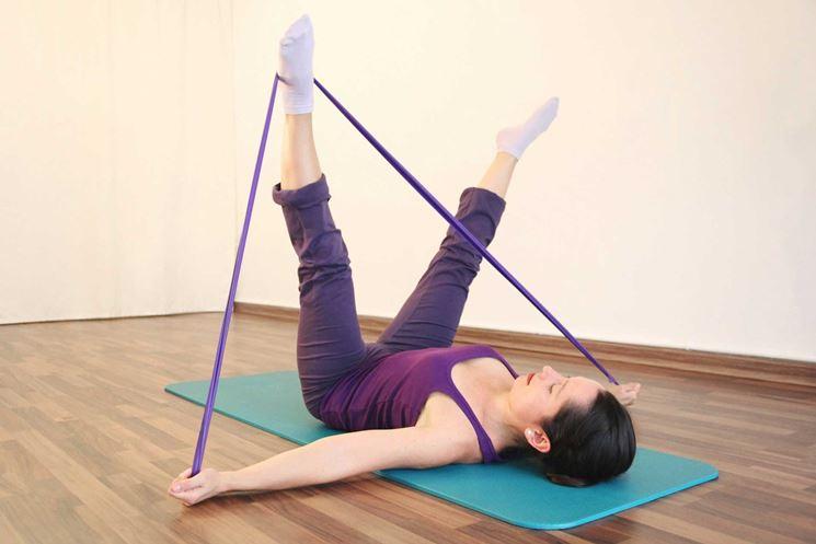 Esercizio di pilates con fascia elastica