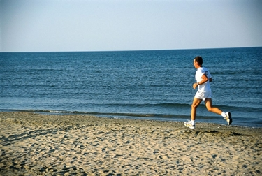 Uomo che corre sulla spiaggia