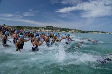 Partenza del nuoto del triathlon