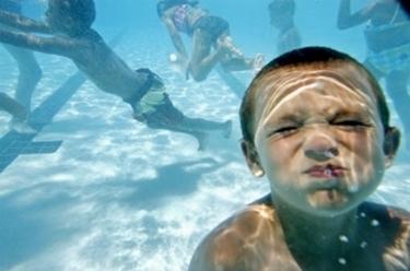 bambini che nuotano