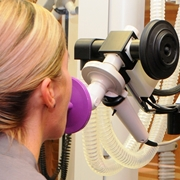 Una donna esegue una spirometria