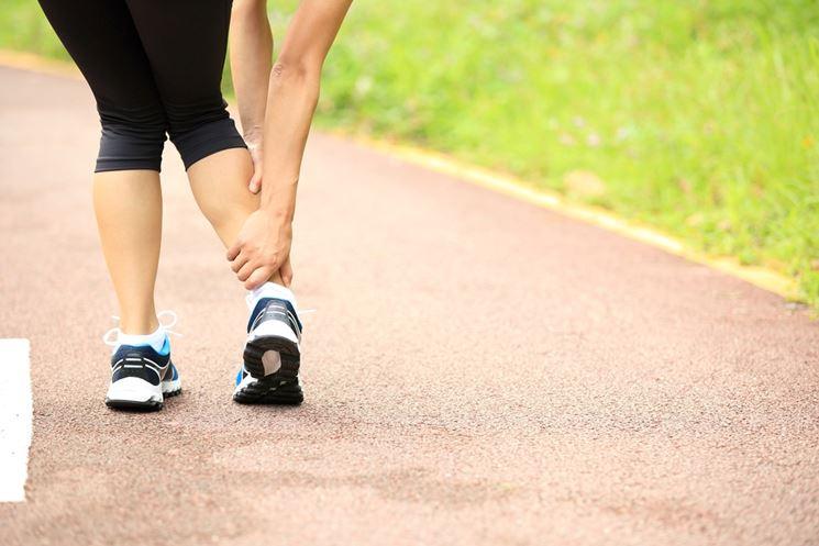 Un atleta con un dolore al polpaccio
