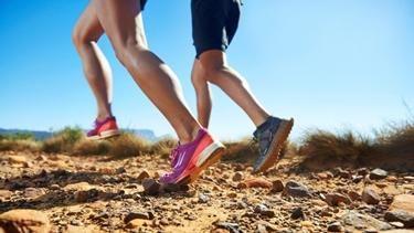Runners in corsa su sterrato