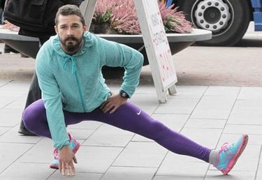 Uomo che pratica stretching