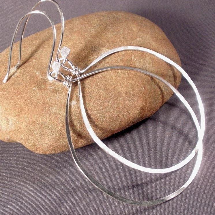 Gli orecchini a cerchio in argento sono una soluzione più economica