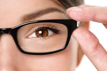 computer e occhiali da vista