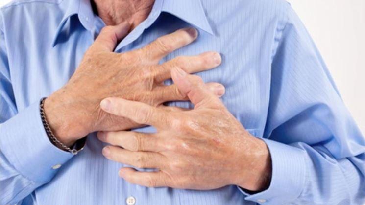 Uomo con dolori al cuore