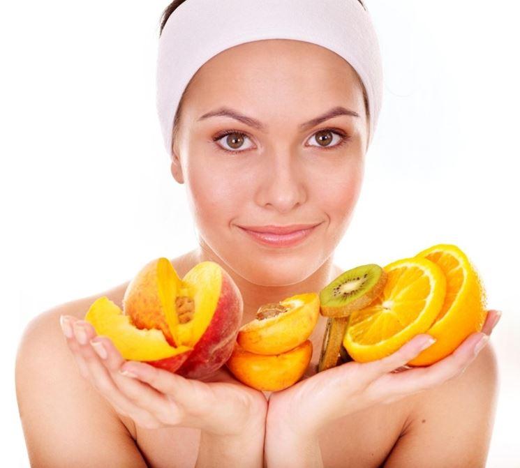Ragazza con alimenti ricchi di vitamine