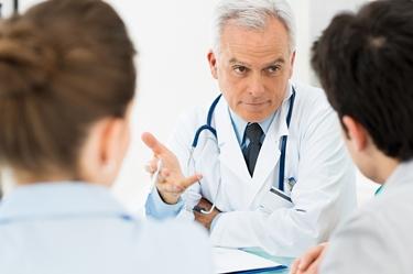 Il medico spiega ai pazienti i valori della PCR<p />