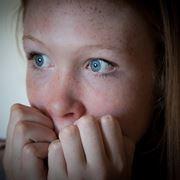 Ragazza con attacco di ansia