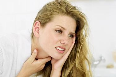 Donna con dolore alla gola