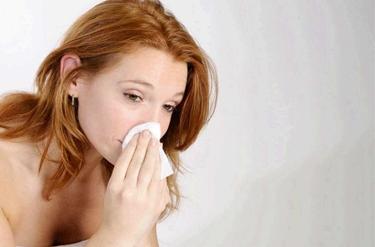 Donna con sintomi della rinite