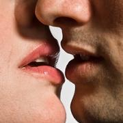 Malattia del bacio: trasmissione tramite saliva.