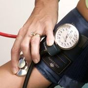 Medico misura la pressione